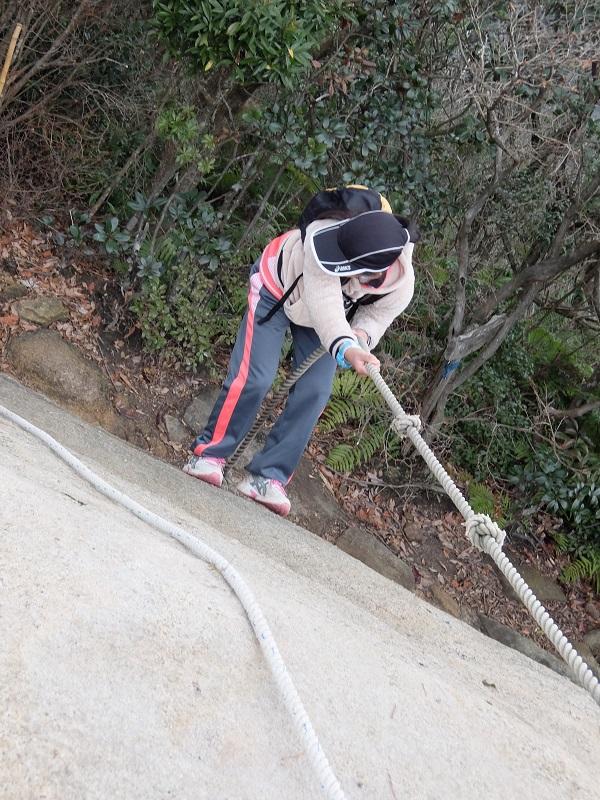ロープをたどって岩登り