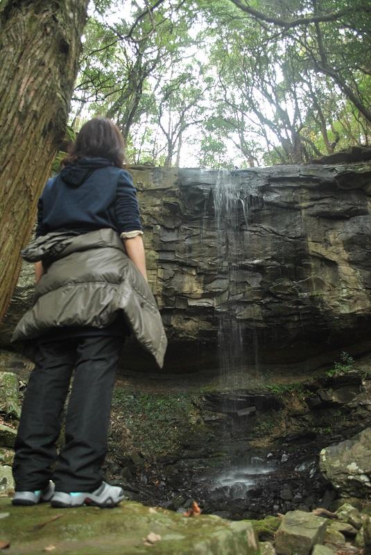 神掛けの滝を見上げる